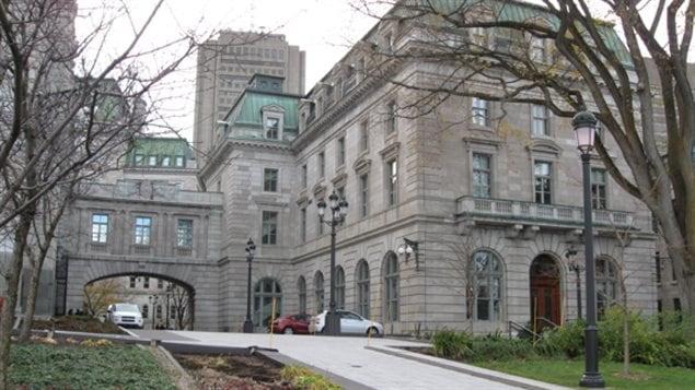 L'édifice Pamphile-Le May, à Québec, abrite la bibliothèque de l'Assemblée nationale du Québec. À gauche, on aperçoit la passerelle qui relie la Bibliothèque à l'Hôtel du Parlement. Photo prise le 8 novembre 2013.