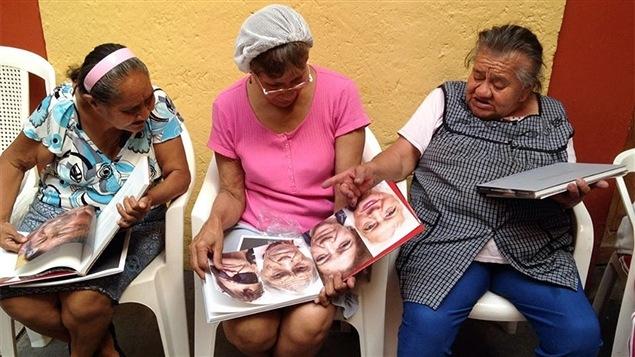 Des pensionnaires de la Casa de Xochiquetzal à Mexico parcourent le livre qui a été créé sur cette maison pour prostituées retraitées.