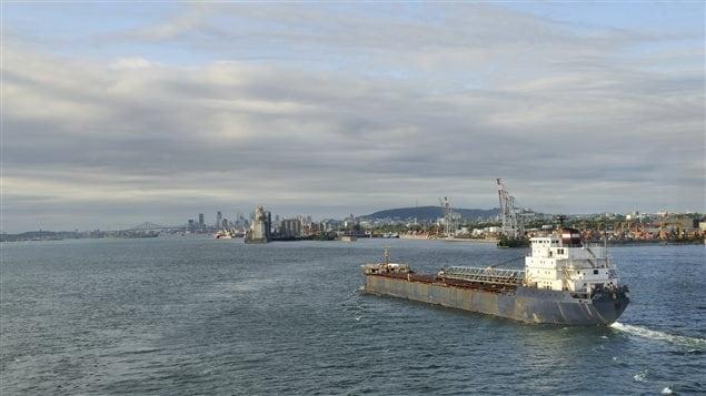 Un navire arrive à Montréal sur le Fleuve Saint-Laurent.