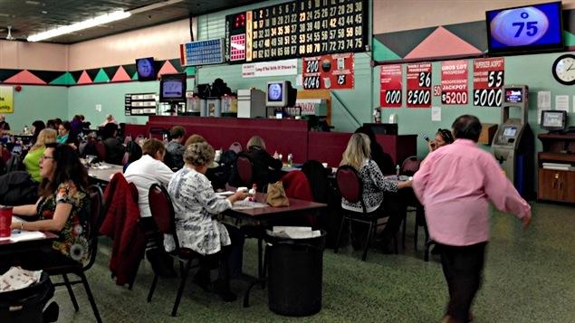 Des amateurs jouent au Friend's Bingo Hall, dans le secteur Vanier, à Ottawa. (22-04-15)