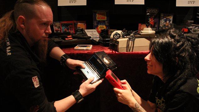 Michel Charlebois et sa compagne avec leurs centaines de consoles et de jeux vidéos