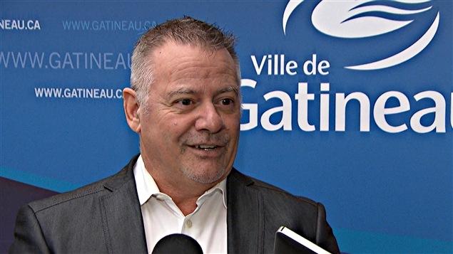 Gilles Carpentier publie son premier livre.