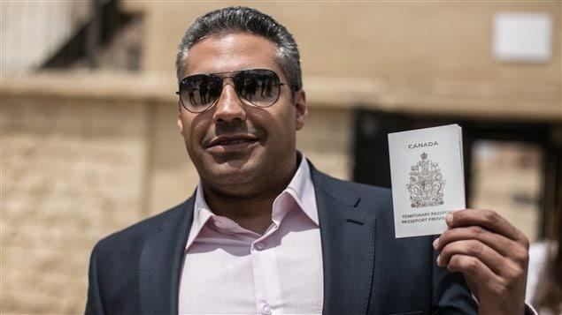 Le journaliste Mohamed Fahmy a obtenu son passeport canadien temporaire au moment où il subit son deuxième procès en Égypte.