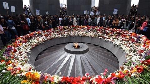 Rassemblement autour d'un monument commémoratif du génocide armémien à Yerevan, en Arménie, le 21 avril