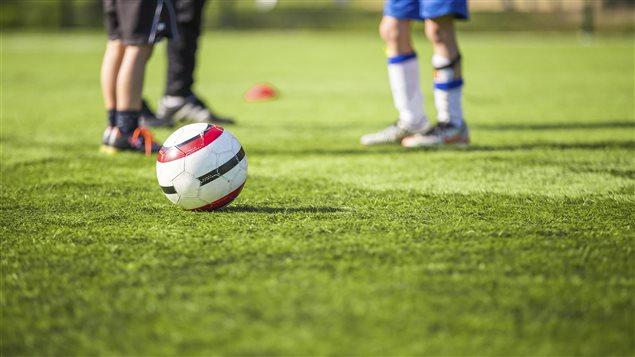 Des jeunes jouent au soccer