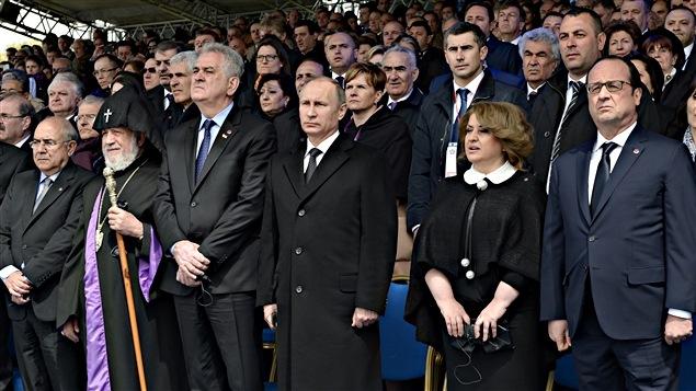 Le président russe Vladimir Poutine (troisième à partir de la droite) et le président français François Hollande (droite) sont à Erevan