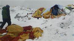 Un homme s'approche d'un site de campement après les avalanches meurtrières sur le mont Everest.