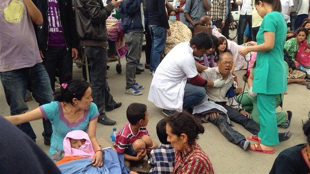 Des blessés affluent devant l'hôpital de Katmandou après le séisme de magnitude 7,9.