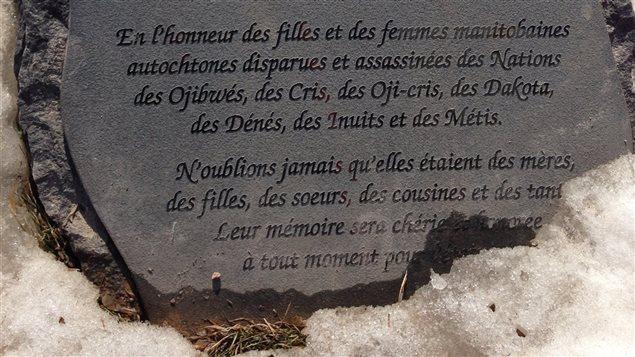 Monument commémoratif pour les femmes disparues et assassinées sur les rives de la rivière Rouge à Winnipeg.