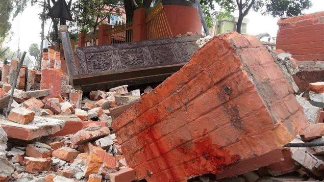 Un violent séisme a provoqué la destruction de bâtiments et fait des victimes.