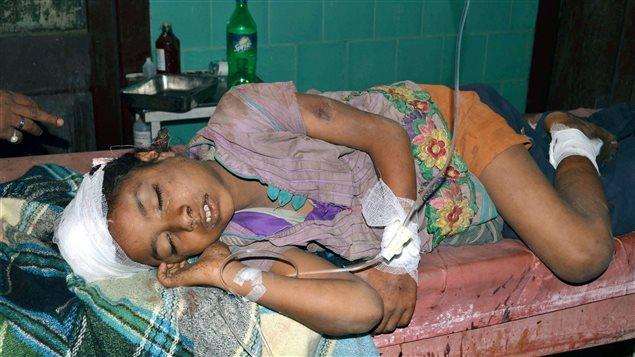 Une écolière indienne reçoit des soins à Motihari.