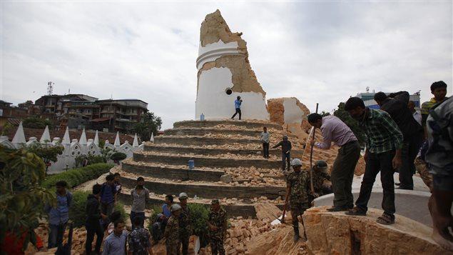 La tour Bhimsen, construite au 19e siècle, a été détruite par le séisme à Katmandou, au Népal.