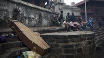 Séisme au Népal : le bilan s'alourdit,l'aide s'organise