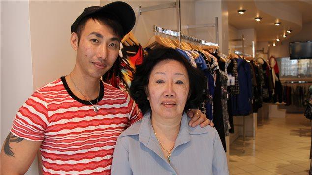 Dinh Bá et sa mère dans sa boutique de la rue Amherst, à Montréal
