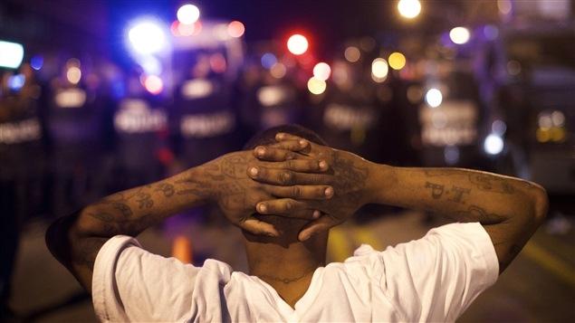 Un manifestant défie le couvre-feu à Baltimore.