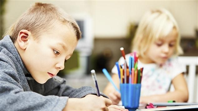 Un enfant �crit une lettre.