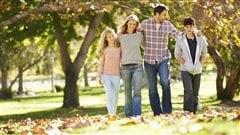 Une famille lors d'une belle journée d'automne