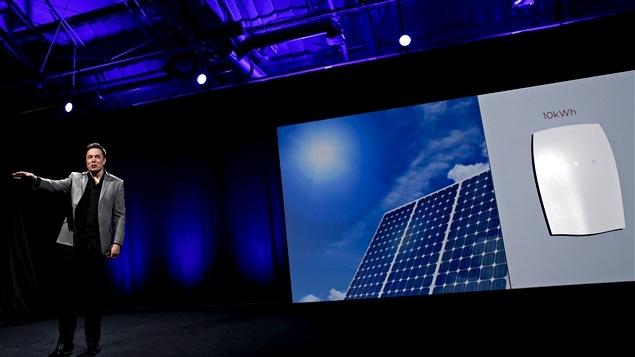 Elon Musk présentant son projet de batterie pour la maison