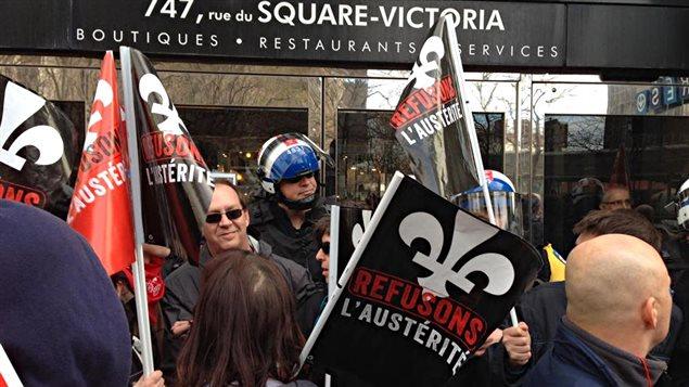 Des manifestants au Square Victoria à Montréal contre l'austérité budgétaire