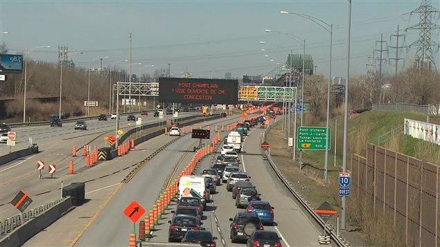 Congestion au pont Champlain dans la ville de Montréal, alors que plusieurs voies sont fermées pour cause de réparation.