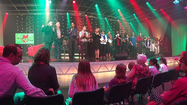 Derniers remerciements sur la scène du Francothon 2015 avant la chanson de clôture Les Mots du coeur