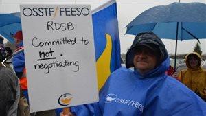 Les enseignants des écoles secondaires du conseil Rainbow de Sudbury sont descendus dans les rues lundi malgré le mauvais temps.