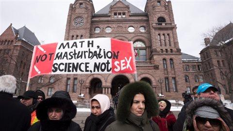 Manifestation de l'Assemblée législative provinciale de la province de l'Ontario à Toronto l'hiver dernier contre le nouveau programme d'éducation sexuelle