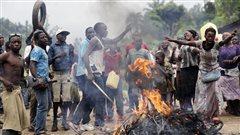Les manifestants bloquent une rue d'un village à Burundi pour protester contre la décision d'une cour constitutionnelle d'accepter la candidature du président sortant.
