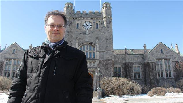 Le professeur d'histoire Harold Bérubé, devant la mairie de Westmount