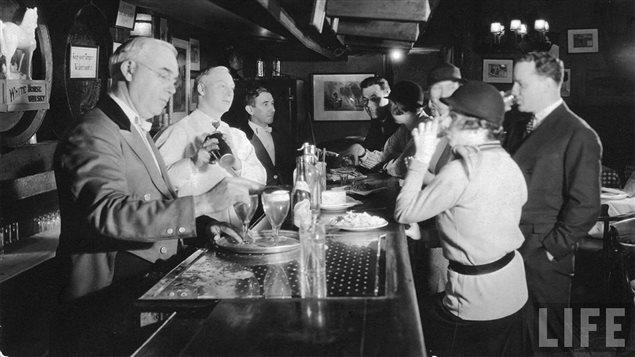 Un bar clandestin américain (<em>speakeasy</em>) pendant la prohibition dans les années 1920