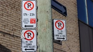 Des panneaux de stationnement à Montréal.