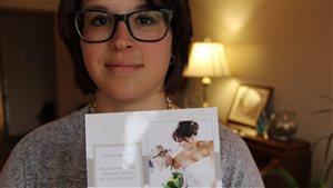 Jessica Aquin-Belleau montre une photo de son mariage avec Nicolas Bernardi, quelques semaines avant le décès de ce dernier.