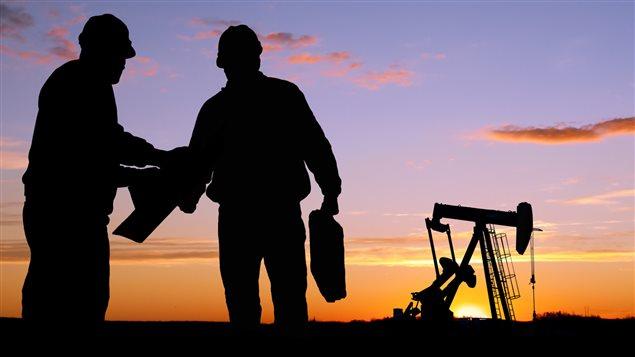 -Dans sa nouvelle réglementation, le gouvernement canadien impose une limite au nombre d'employés étrangers dans les entreprises et réduit la durée de leur séjour au pays pour favoriser l'embauche de Canadiens.