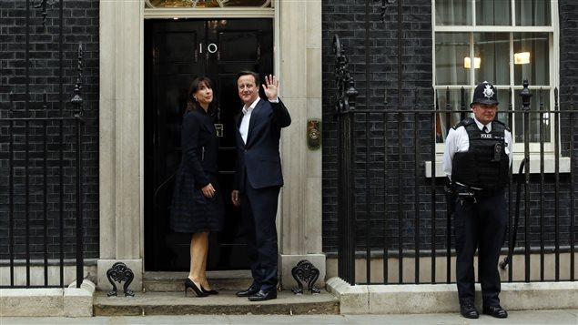 Le couple Cameron fait son entrée au 10 Downing Street à Londres.