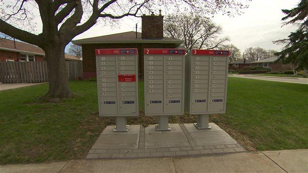 Postes Canada continue d'installer des boîtes postales communautaire malgré l'interdiction municipale.