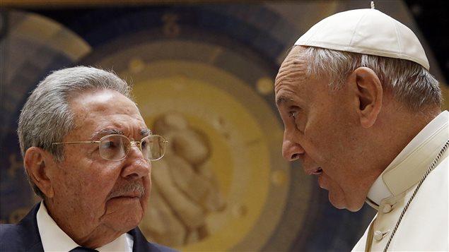 Raul Castro et le pape François au Vatican, le 10 mai 2015