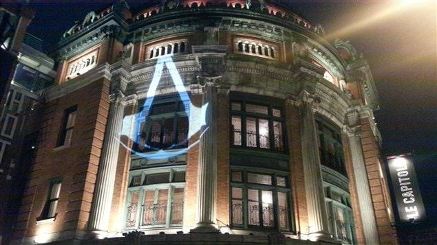 Le logo de la populaire franchise Assassin's Creed est projeté sur la façade du Capitole.