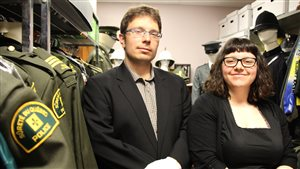Yannick Cormier, historien de la SQ, et Geneviève Benoît, conservatrice de la collection patrimoniale de la SQ