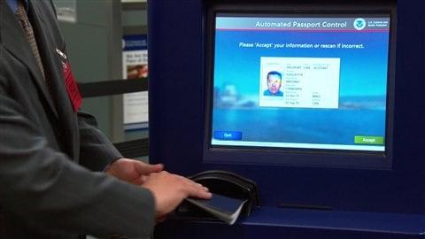 Ce kiosque automatisé à Vancouver vérifie les passeports des croisiéristes partant en Alaska.