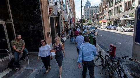 Piétons sur la rue Sainte-Catherine à Montréal