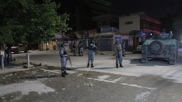 Fuerzas de seguridad cerca del hotel Park Palace en Kabul.