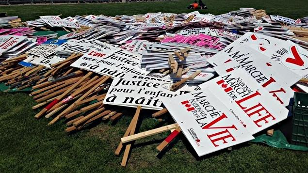 Les pancartes des manifestants pro-vie