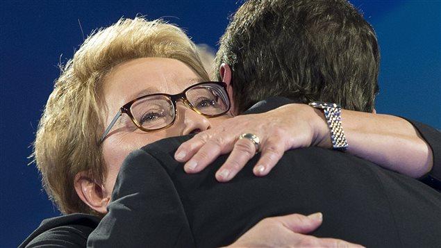 L'ancienne première ministre Pauline Marois enlace Pierre Karl Péladeau après la défaite du PQ aux élections.
