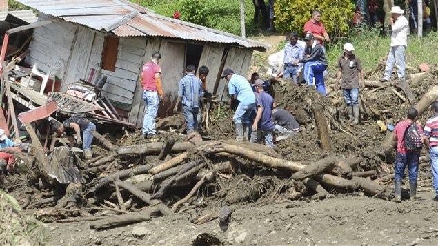Des résidents de Salgar, en Colombie, tentent de récupérer leurs biens dans leurs maisons détruites par le glissement de terrain, le 18 mai.