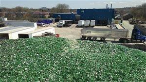 Une montagne de verre concassé provenant de bouteilles de bière Heineken