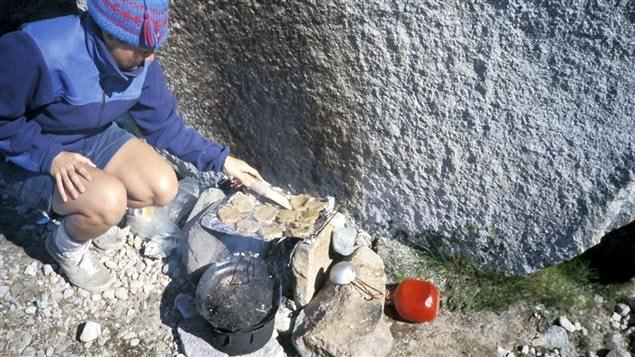 La cuisson des galettes sur les sentiers du Groenland