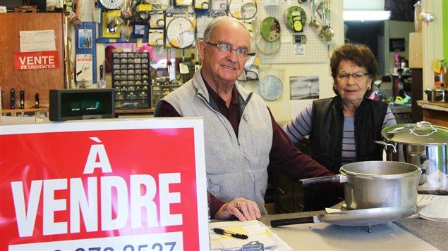 André Turcotte et Jeanne D'arc dans leur boutique-atelier, à Saint-Hubert