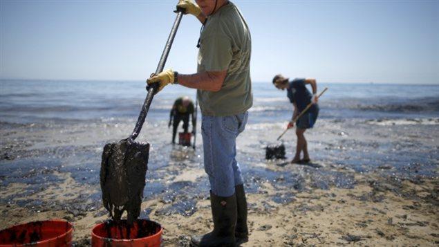 Les opérations de nettoyage de la marée noire sur la plage Refugio State Beach en Californie mercredi.