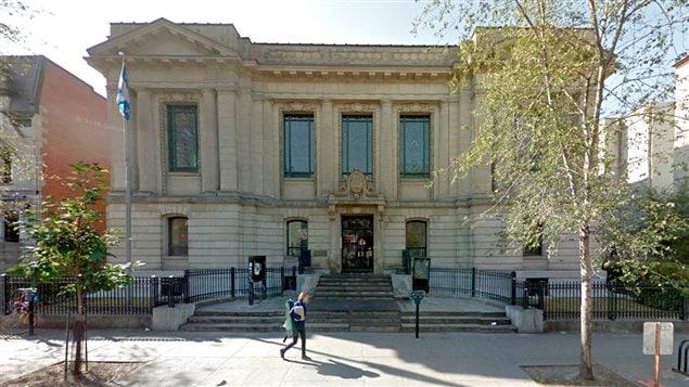 La bibliothèque Saint-Sulpice sur la rue Saint-Denis, à Montréal
