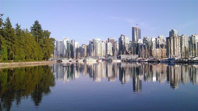 Le parc Stanley devant le centre-ville de Vancouver